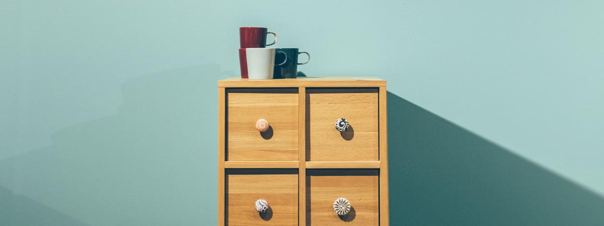 Organiza tus armarios pequeños para optimizar el espacio