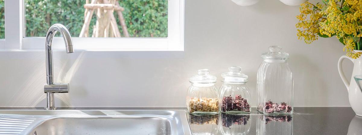 Los jardines verticales en cocinas son una tendencia deco chic